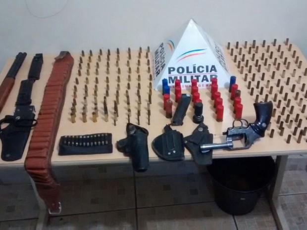 Na noite de quarta-feira (18), um homem de 58 anos foi detido suspeito de porte ilegal de arma de fogo e munição de uso proibido em Ituiutaba. Segundo informações da Polícia Militar (PM), os militares chegaram ao local na Rua Francisco Finholdt, no Bairro (Foto: Polícia Militar/Divulgação)