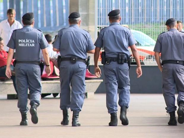 Policiais militares nas ruas nesta segunda-feira, 13 de fevereiro (Foto: Reprodução/ TV Gazeta)