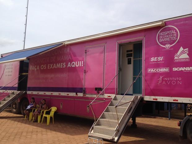 A carreta do Hospital de Câncer de Barretos, ficará até a próxima segunda(30), em Guajará, e serão oferecidos exames de mamografia e Papanicolau. (Foto: Júnior Freitas/G1)