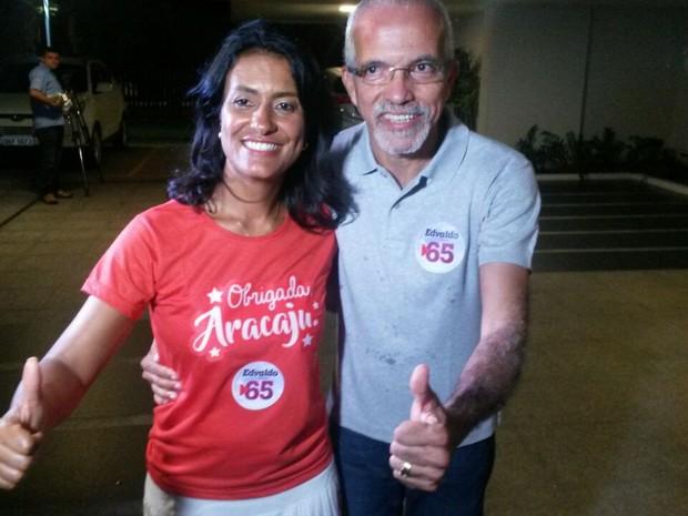 ARACAJU (SE): Eliane Aquino (PT) e Edvaldo Nogueira (PCdoB) comemoram a vitória no 2º turno (Foto: Tássio Andrade/G1)