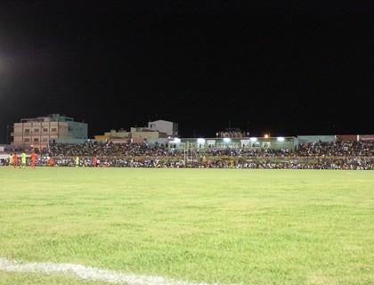 Estádio Adauto moraes recebe o segundo maior público da história (Foto: Magda Lomeu)