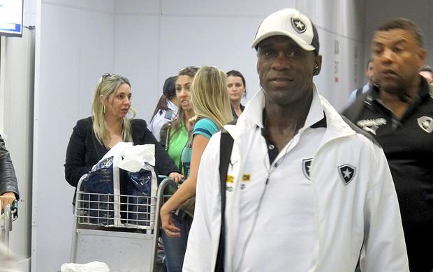 Seedorf aeroporto Botafogo (Foto: Thales Soares)