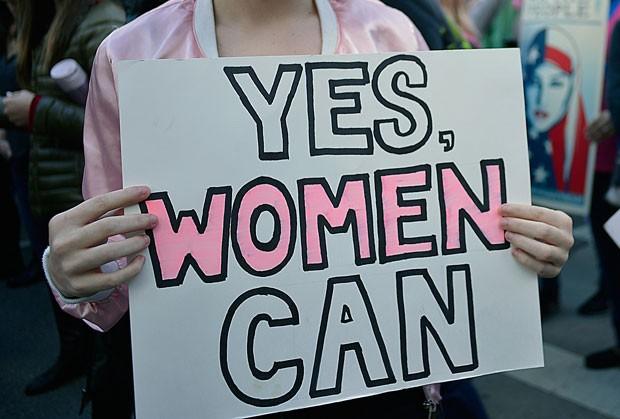 A busca pela palavra feminismo cresceu muito durante a Womens Marches, em janeiro deste ano. Na foto, uma placa escreito yes, women can (sim, mulheres podem) (Foto: Getty Images)