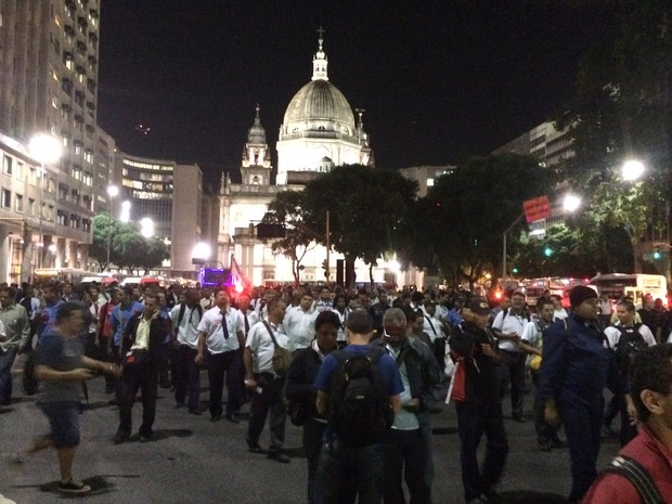 Avenida Presidente Vargas foi fechada por rodoviários (Foto: Marcelo Elizardo / G1)