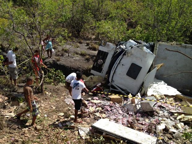 Moradores da área do acidente levaram parte da carga após a empresa consetir com a retirada, segundo a Polícia Militar (Foto: Walter Paparazzo/G1)