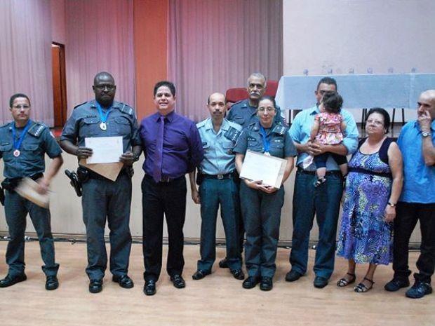 PM Luiz Henrique Ribas recebeu homenagem das mãos do prefeito de São Vicente (Foto: Divulgação / Polícia Militar)