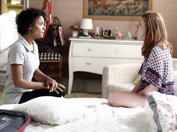 Kelly aconselha Isis a dar uma chance para Lucas (Foto: Fábio Rocha / TV Globo)