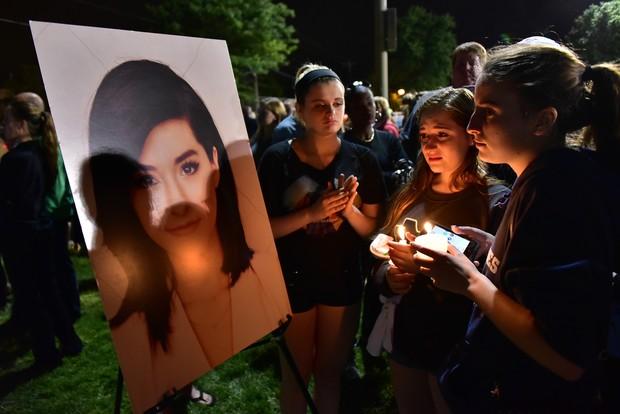 Familiares e amigos fazem vigília após morte de Christina Grimmie  (Foto: AFP)
