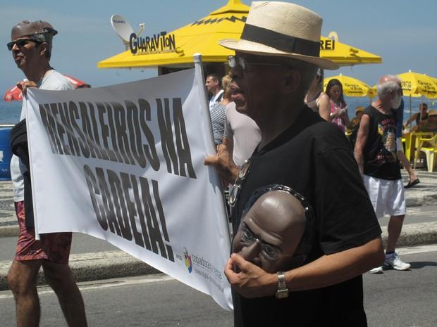 Manifestantes usaram máscara do ministro Joaquim Barbosa, o relator do mensalão (Foto: Alba Valéria Mendonça/ G1)