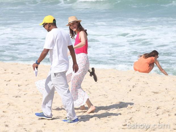 Julia Lemmertz se diverte antes da gravação, e Bruna brinca na areia (Foto: Pedro Curi/TV Globo)