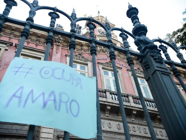 Cartaz é visto na grade do Colégio Estadual Amaro Cavalcanti, no Largo do Machado, na zona sul do Rio de Janeiro. A escola está ocupada por estudantes (Foto: Tomaz Silva/Agência Brasil)