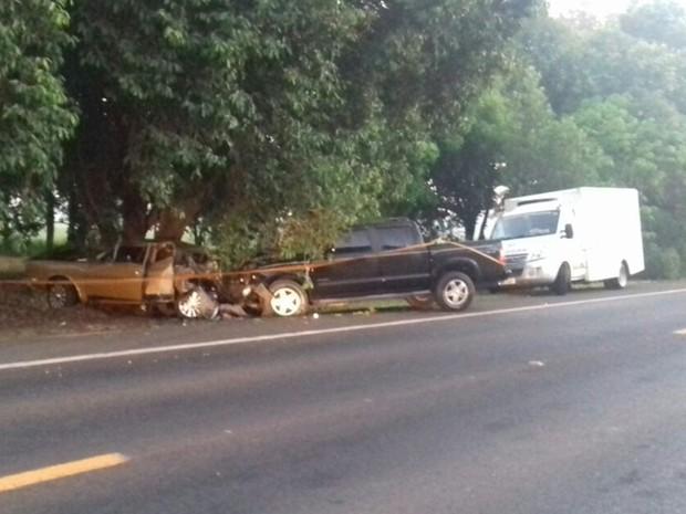 Caminhonete e carro se envolveram na batida (Foto: Divulgação/Polícia Rodoviária)