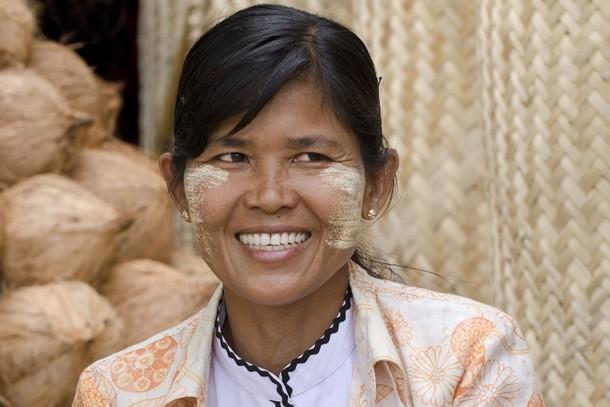 Uma comerciante que passa todo seu dia no mercado de Mandalay vendendo cocos protege seu rosto com thanaka. (Foto: Haroldo Castro/ÉPOCA)