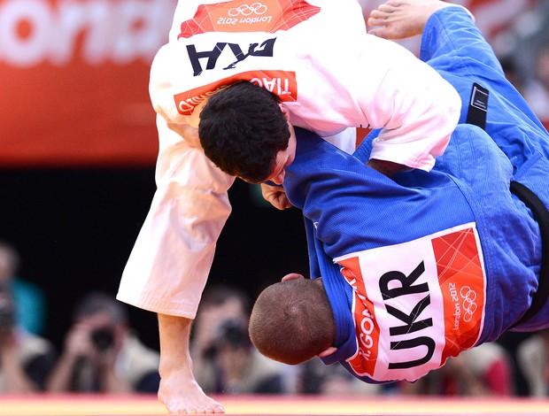 Tiago Camilo na luta de judô contra Roman Gontiuk (Foto: AFP)