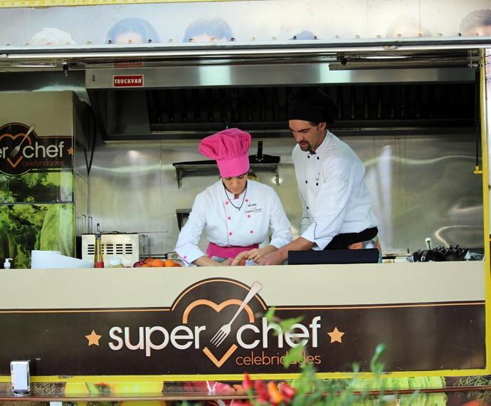 Giba e Miá no food truck (Foto: Carolina Morgado/Gshow)