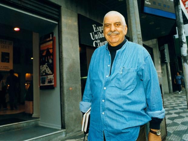 Hugo Carvana em frente ao Espaço Unibanco de Cinema em São Paulo (SP), em 12 de maio de 1997. Como ator, trabalhou nas novelas 'Roda de fogo' e 'Celebridades' (Foto: Vidal Cavalcante/Estadão Conteúdo)