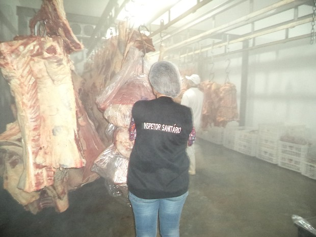 Carne foi inutilizada com acompanhamento de inspetores sanitários (Foto: Divulgação/Vigilância Sanitária de Ponta Grossa)