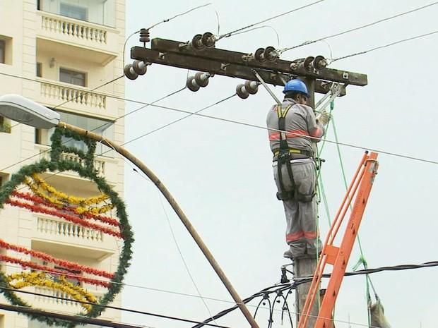 Colpaso em rede elétrica deixou moradores sem energia por 1h30 (Foto: Reprodução EPTV)