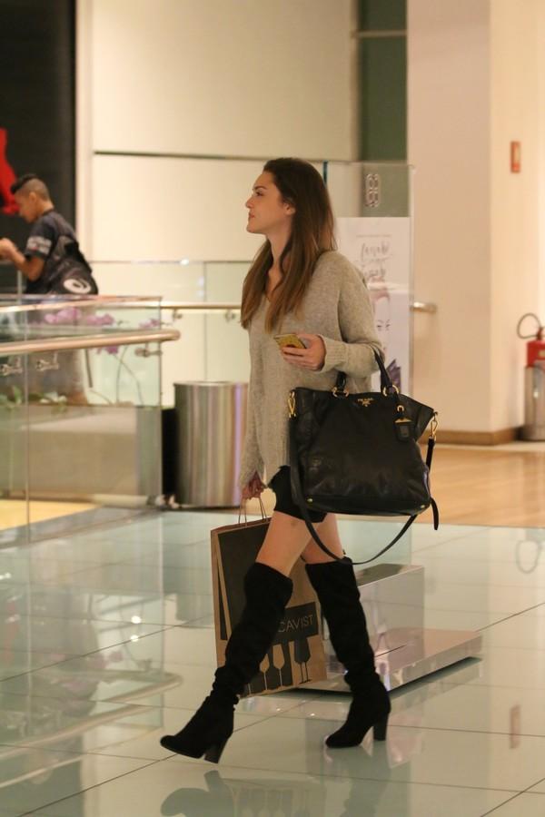 Isabelle Drummond, de sainha e bota, faz compras em shopping no Rio