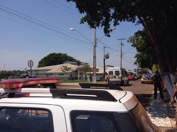 Ruas de acesso e Unidade de Pronto Atendimento do Jardim das Palmeiras, em Foz do Iguaçu, estão isoladas desde as 9h (Foto: Rodrigo Soares / RPC TV)
