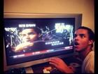 Eu me amo! Filho de Tom Cruise posta foto imitando sua imagem na TV