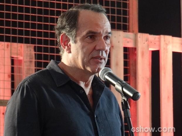 Virgílio se emociona ao falar sobre a família em sua exposição (Foto: Em Família/TV Globo)