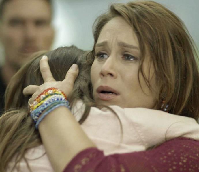 Tancinha consola Bia depois que Beto salva a menina (Foto: TV Globo)