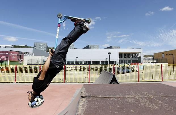 Um jovem exibiu uma manobra arriscada de patinete em uma pista de estili livre de Burgos, na Espanha. (Foto: Cesar Manso/AFP)