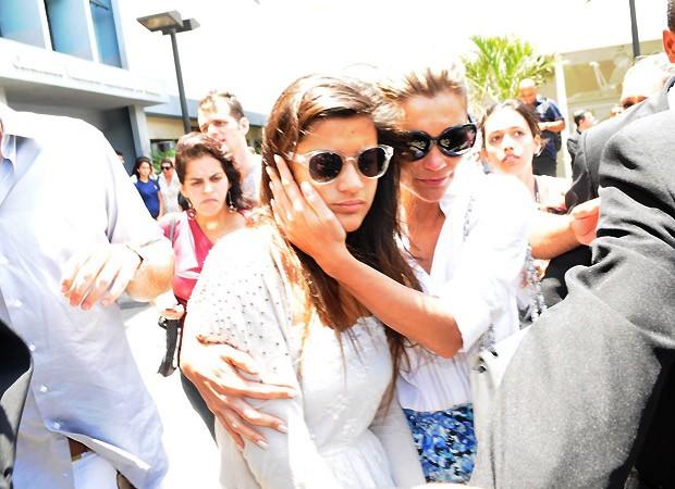 Emocionada, a atriz deixou o velório acompanhada da filha, Giulia (Foto: Andre Muzzel/AgNews)
