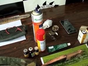Material apreendido na propriedade onde os cães foram encontrados (Foto: Reprodução/RBS TV)