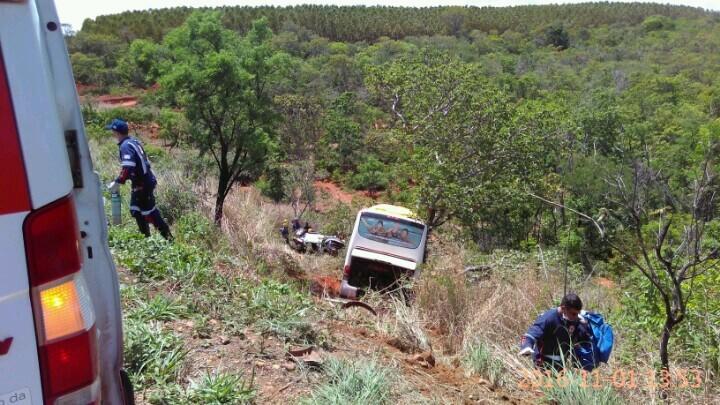 ônibus saiu da pista após a batida (Foto: Clóvis Monteiro/Arquivo pessoal)