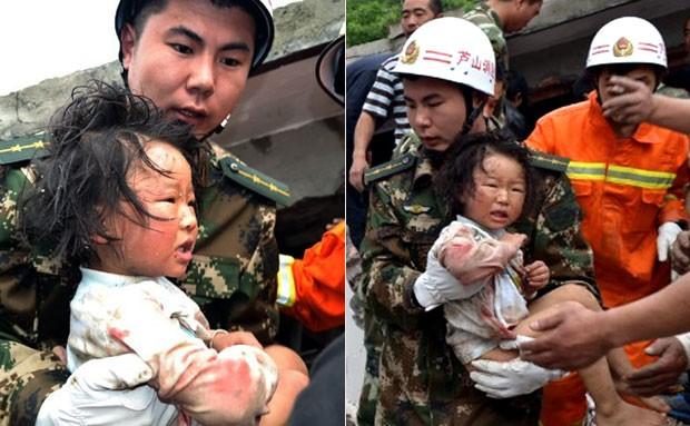 Criança é resgatada após terremoto na província de Sichuan (Foto: AFP)