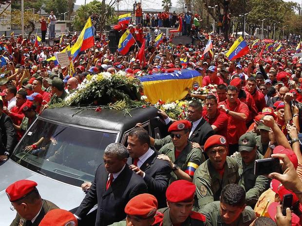 Multidão acompanha o cortejo levando o caixão de Chávez por Caracas (Foto: Carlos Garcia Rawlins/Reuters)