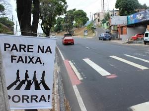 Faixa foi colocada próximo a faixa de pedestres na Av. Rodrigo Otávio (Foto: Jamile Alves/G1 AM)