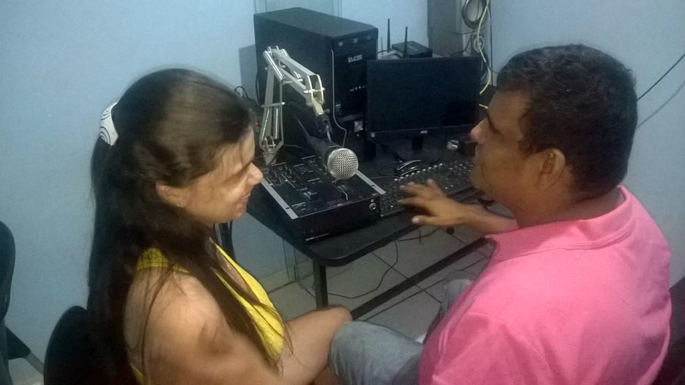 Kérsia Ferreira e Carlos Manolo são os idealizadores da rádio web para cegos (Foto: Kérsia Ferreira/Arquivo Pessoal)