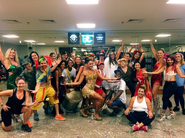 Ana Paula Evangelista com as alunas (Foto: Divulgação)