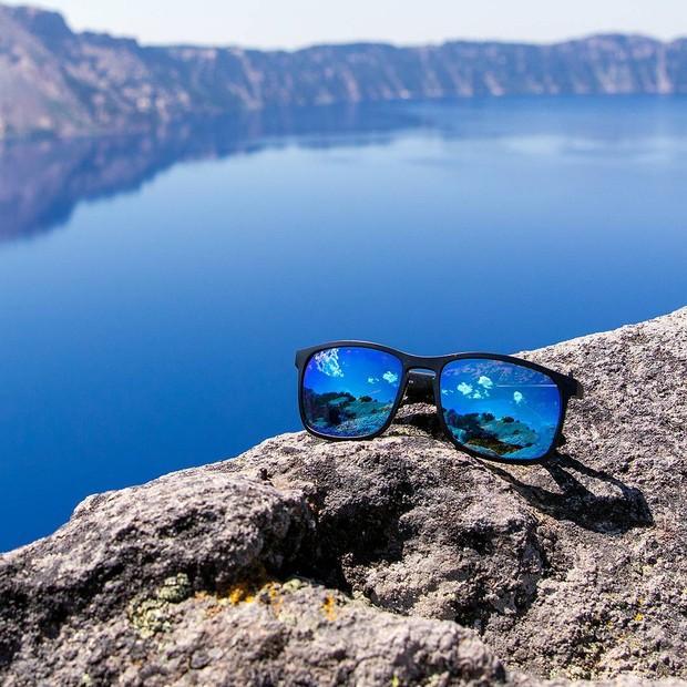 Óculos de sol são fundamentais para um look estiloso (e ainda podem render umas fotos como essa, da Ray-Ban) (Foto: Divulgação)