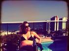 Luma Costa pega sol na piscina de sua cobertura, no Rio