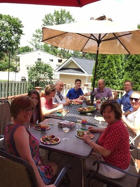 A família comemorando Kinsey (Foto: Reprodução/Twitter)