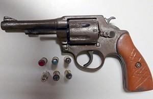 Revólver calibre 38 apreendido com jovem em Araguaína (Foto: Divulgação/PM-TO)