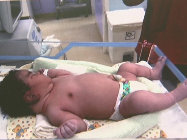 Kézia Silva Santos nasceu no dia 26 de abril pesando 6,010 kg e com 70 cm  (Foto: Reprodução/TV Globo)