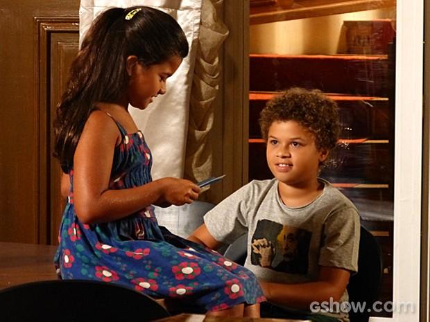 Tita rece o cartão que Pedro desenhou para tentar explicar seus sentimentos (Foto: Malhação / TV Globo)