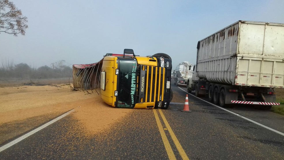 Caminhão paraguaio tombou entre Ponta Grossa e Ipiranga na manhã desta quarta-feira (28) (Foto: Divulgação/PRF)