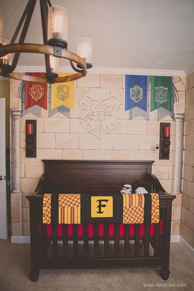 As bandeiras das quatro casas de Hogwarts fazem parte da decoração (Foto: Reprodução/Facebook Kristi Lee Photography)
