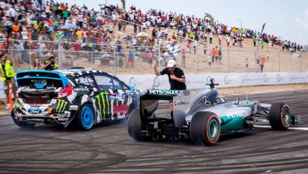 Ken Block e Lewis Hamilton em um duelo automotivo (Foto: Divulgação)