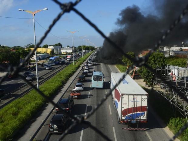Em Fortaleza, BR-116 ficou bloqueada no centido Centro-Messejana (Foto: Divulgação/MTST-CE)