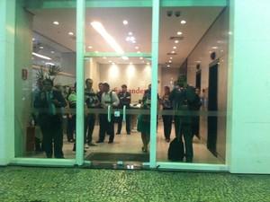 """Com medo, trabalhadores se """"refugiam"""" em agência bancária. (Foto: Priscilla Souza/G1)"""