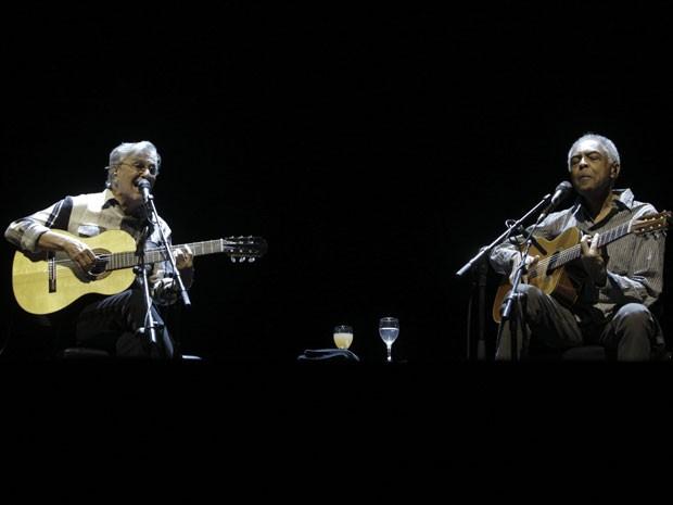 Caetano Veloso e Gilberto Gil tocam em Tel-Aviv, em Israel, nesta terça-feira (28) (Foto: Ariel Schalit/AP)