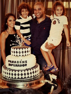 Adriano comemora aniversário com os filhos Adrianinho, Sophia e a família no Clube Marapendi (Foto: Reprodução/Twitter)