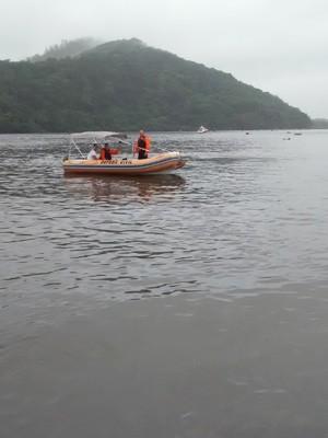 Defesa Civil ajudou a retirar os atletas do mar (Foto: Divulgação/Defesa Civil de Bertioga)